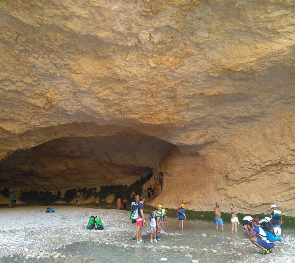 Una vez llegamos al cauce del rio, y antes de tomar las primeras pasarelas aéreas que vemos a nuestra derecha, es muy recomendable visitar la Cueva de Picamartillo, que está a unos 100 metros, siguiendo la señalización. Es una curiosa oquedad formada por la erosión de agua.