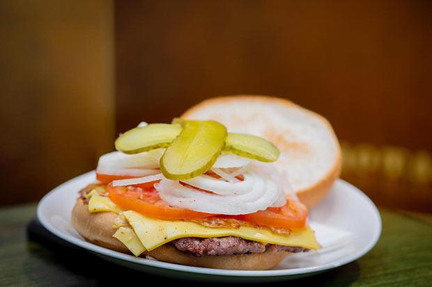 """Hamburguesa completa, de calidad, pura """"Good Food"""" en el Bar Mostaza"""