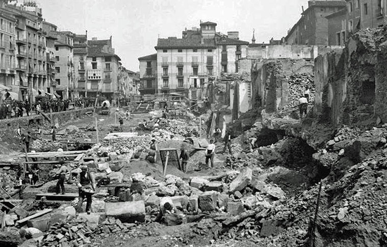 Construcción del Mercado Central (1900). A la derecha se pueden observar restos de lasmuralla romana