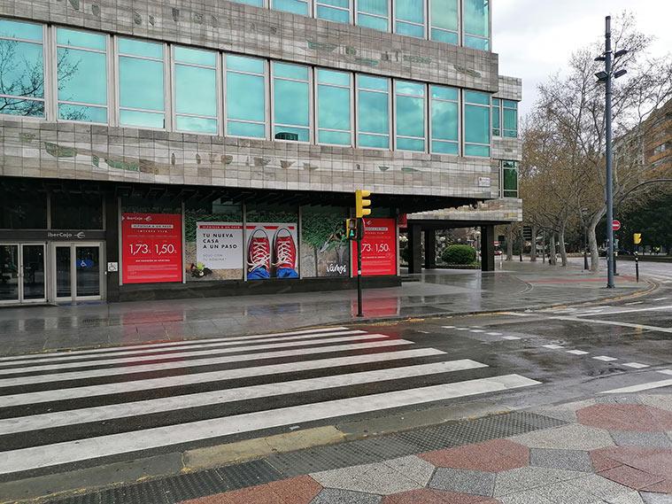El edificio Ibercaja visto desde el cruce del Paseo de la Constitución