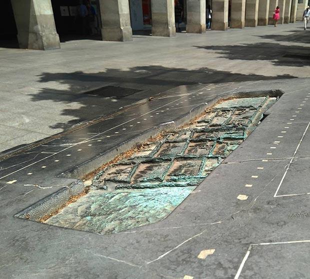 En el 2001 se comenzó a excavar el Paseo de la Independencia para construir un gran parking subterráneo. Estas excavaciones descubrieron las ruinas de Sinhaya (siglos X y XII), una circunstancia que frenó el proyecto. Dos placas informativas a ambos lados del paseo ofrecen una explicación de los restos de su subsuelo, ya que decidieron cubrirse.