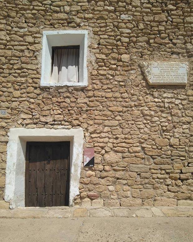 Placa en la fachada de la Casa natal de Goya en Fuendetodos