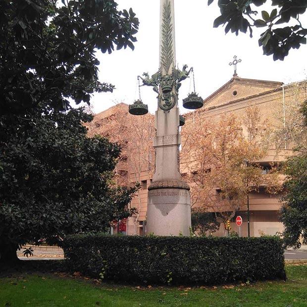 Cenotafio dedicado a la memoria de tres funcionarios municipales asesinados el 23 de agosto de 1920