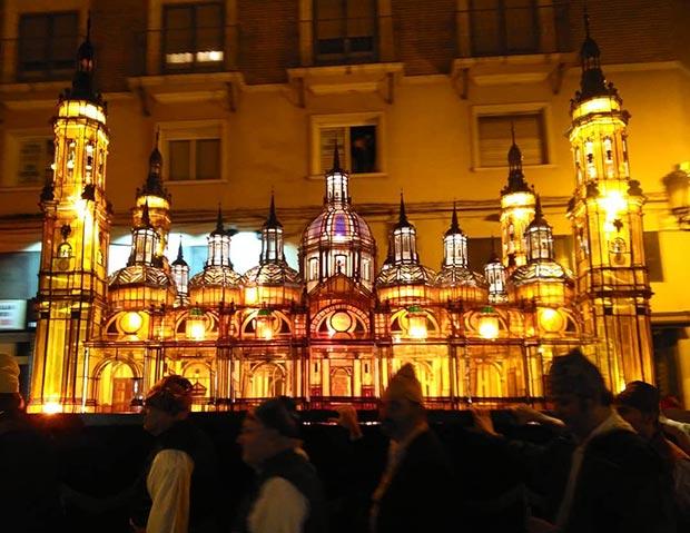 Farol del templo del Pilar en el Rosario de Cristal de las Fiestas del Pilar