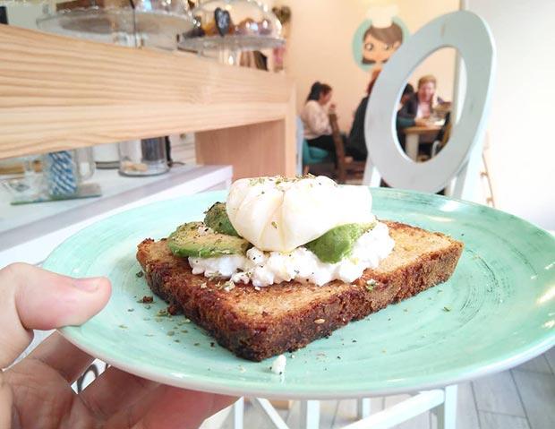 Tostada con aguacate, queso y huevo poche en la Cocina de Keyla