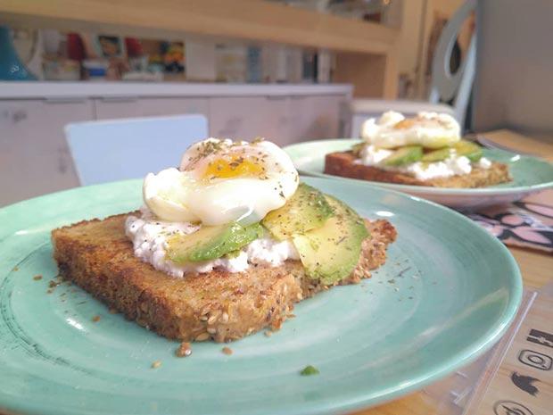 Tostadas con aguacate, queso, huevo poche o con las tres cosas (el apartado huevos quita el sentido, ecológicos buenísimos)