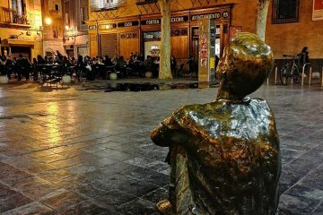 Escultura 'Niño sentado mirando a la Torre Nueva' de Santiago Gimeno Llop