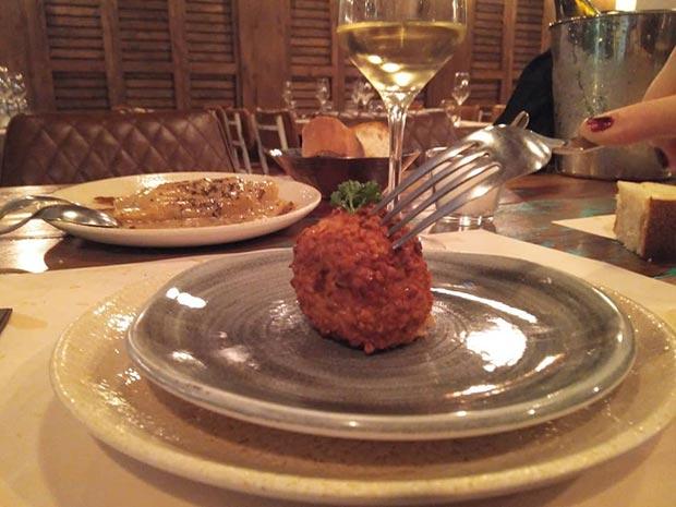 Bola de setas y foie, rebozado de almendras y caramelo Pedro Ximenez en el Restaurante Nativo