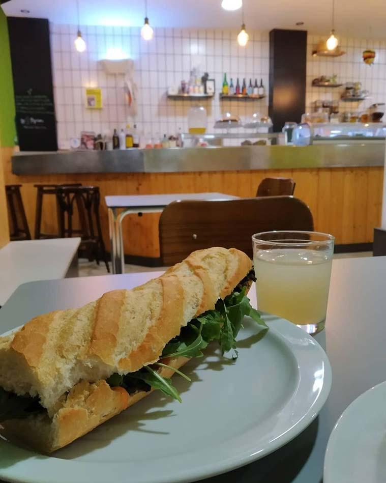 bocadillo en el Bar Cafeteria Vegana La Piparra