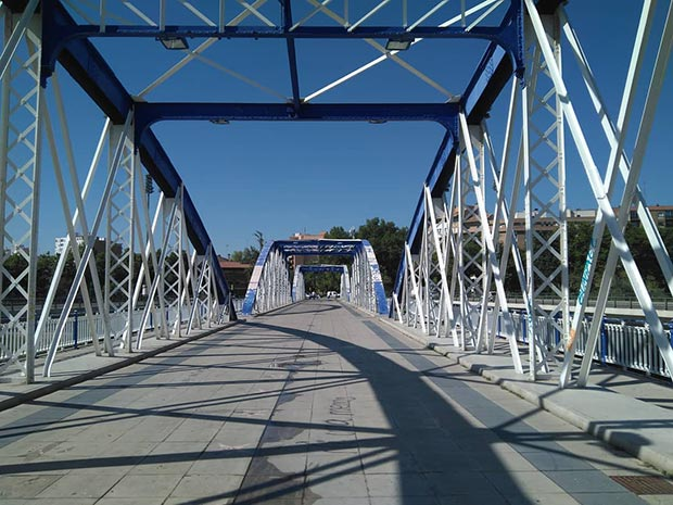 cruzando el puente de hierro de zaragoza