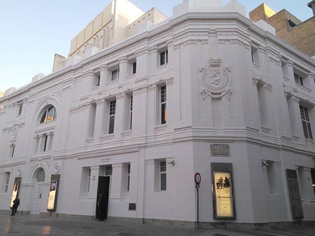 Fachadas del Teatro Principal hacia la calle Don Jaime Iy la plaza José Sinués
