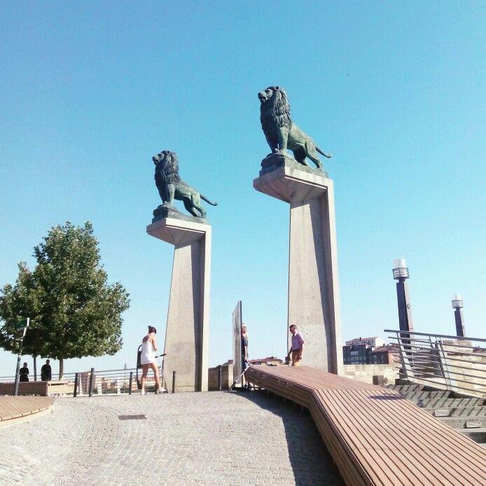 leones esculpidos por Francisco Rallo en el puente de piedra
