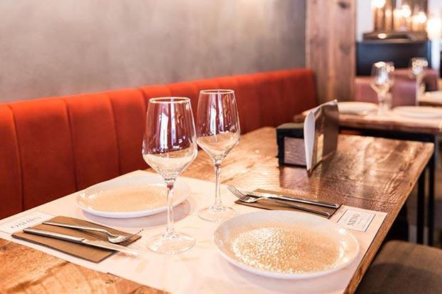 mesas en el restaurante nativo