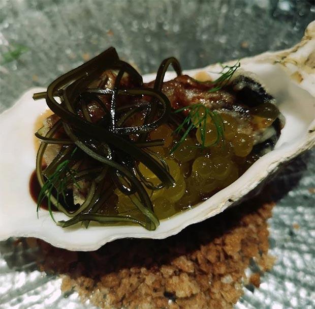 Ostra en tempura con cítricos, algas aciduladas y jugo reducido de carne y ostra