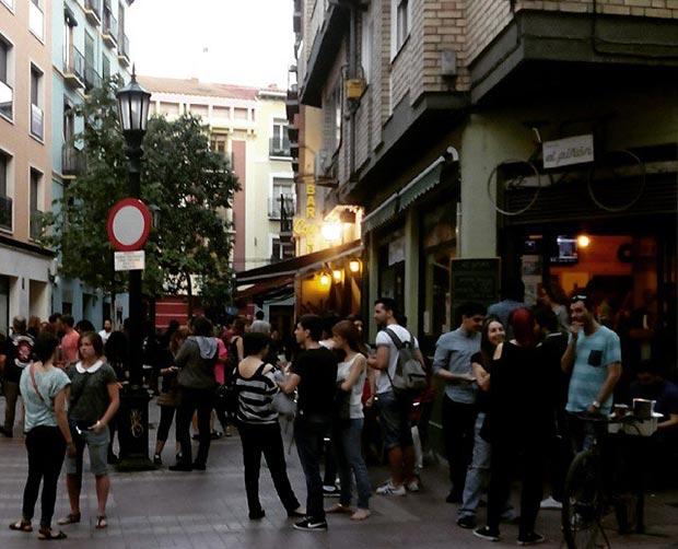 la calle heroismo lleno de gente un jueves en el juepincho