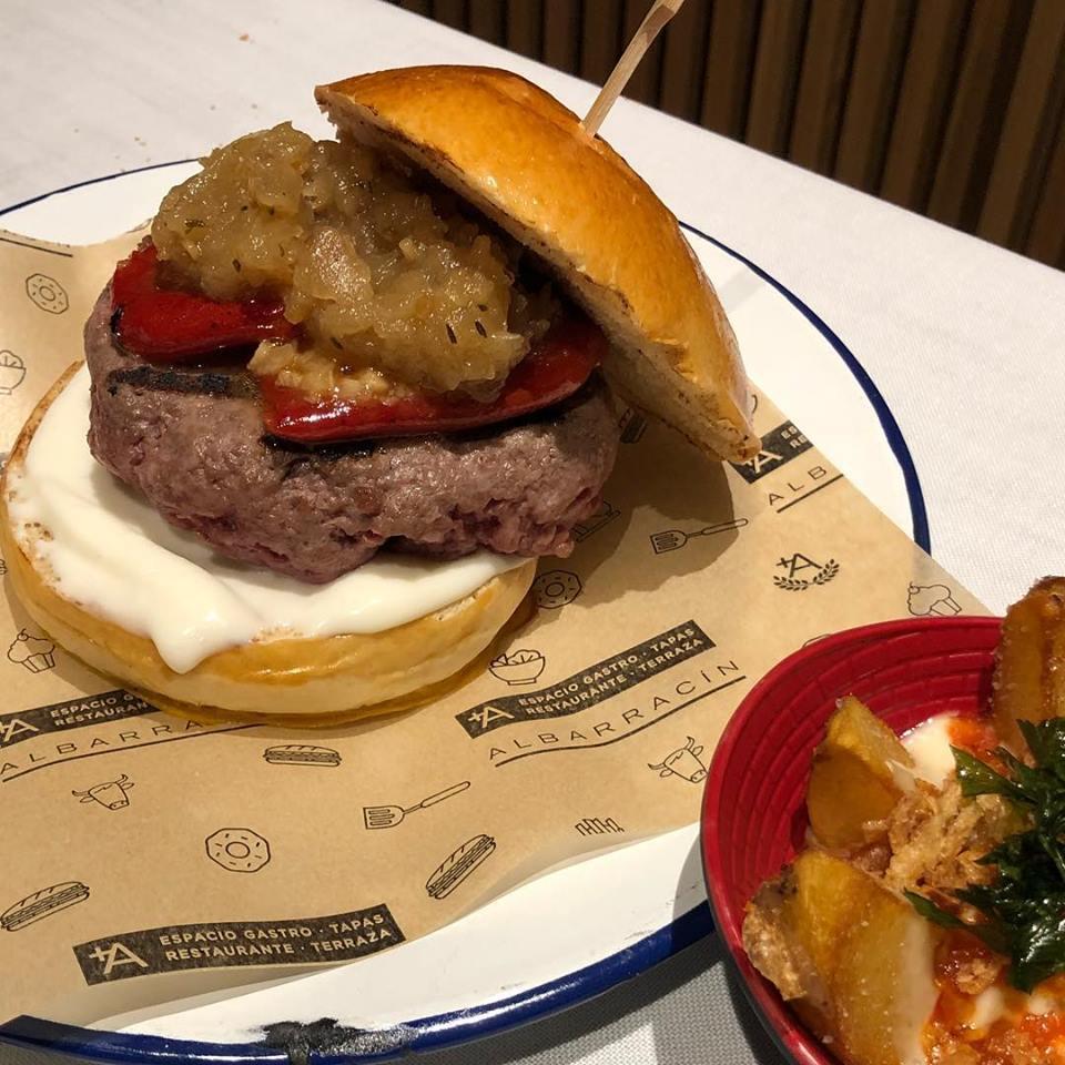 Chuleton Burger de carne de la finca con patatas bravas