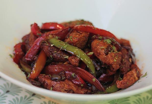 chop suey es un plato delicioso, con soja texturizada macerada, verduras y salsa todo salteado en un wok muy caliente.