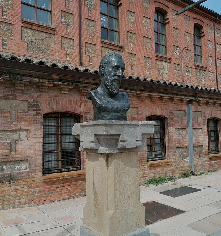Busto de Ricardo Magdalena en el Antiguo Matadero Municipal