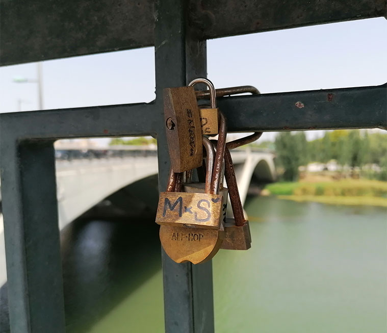 Candados del amor en el Puente de Santiago