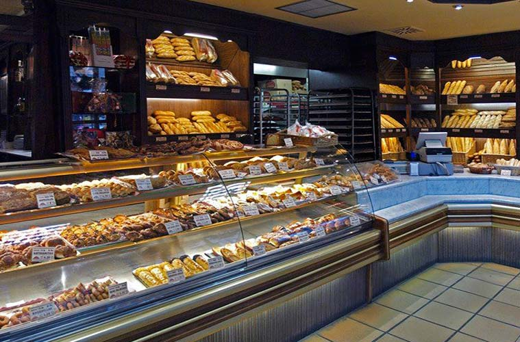 Mostrador repleto de pasteles y dulces en La Panaderia de Avenida Madrid