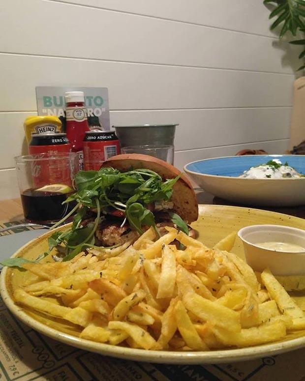 hamburguesa con patatas fritas en somos jalos