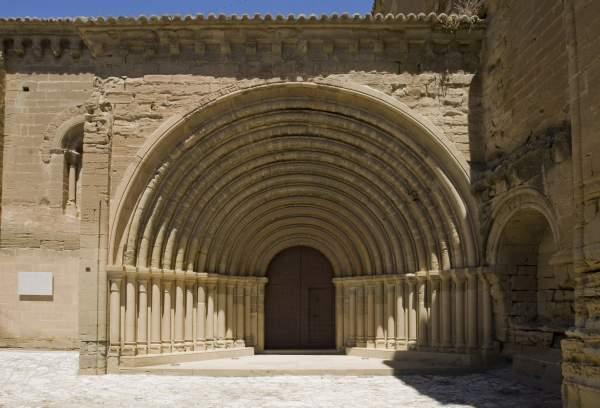 portada románica con catorce arquivoltas de medio punto del monasterio de sijena