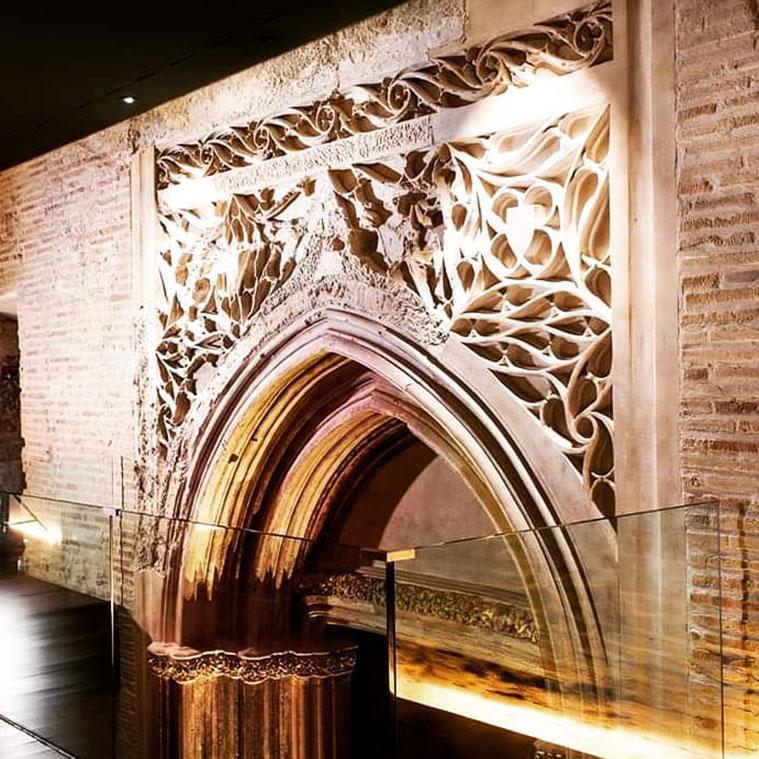 Pórtico gótico en el Alma Mater Museum