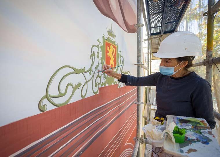 La pintora Arantza Horno trabajando en la recuperacion del mural