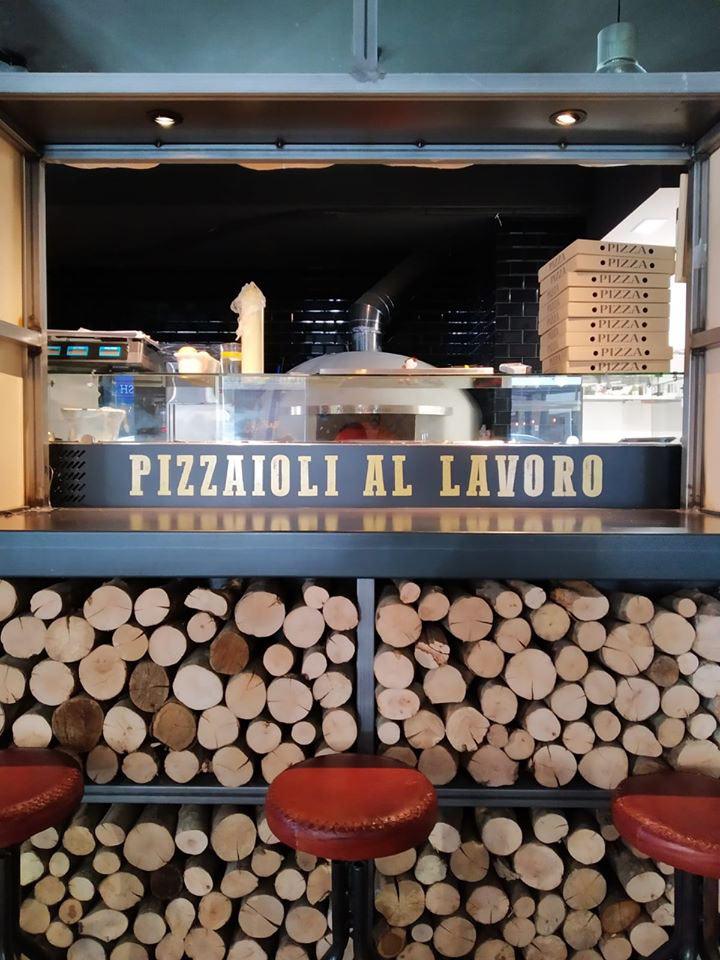 Leone Pizzeria Tradizionale puesto del pizzero