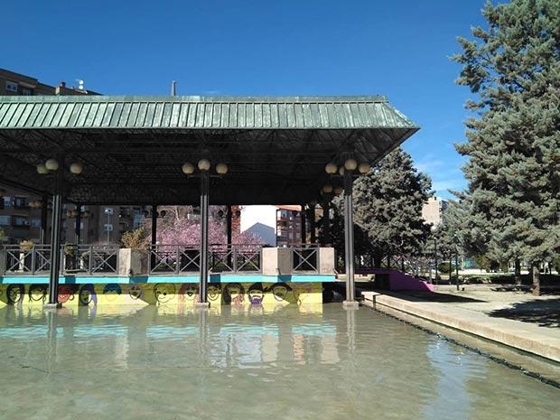 Parque de la Aljaferia quiosco de la música en la calle del reino