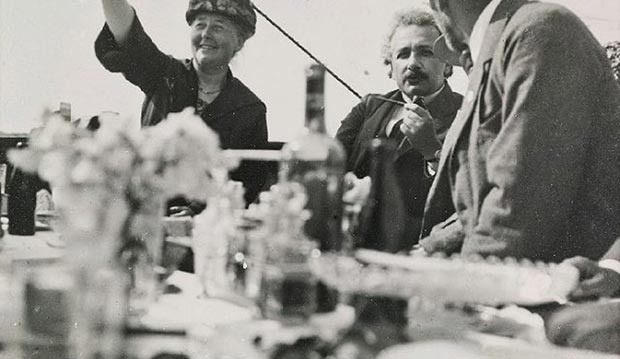 Albert Einstein en un encuentro con otros científicos en 1923