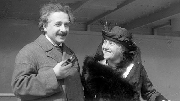 Albert Einstein con su esposa Elsa en 1923