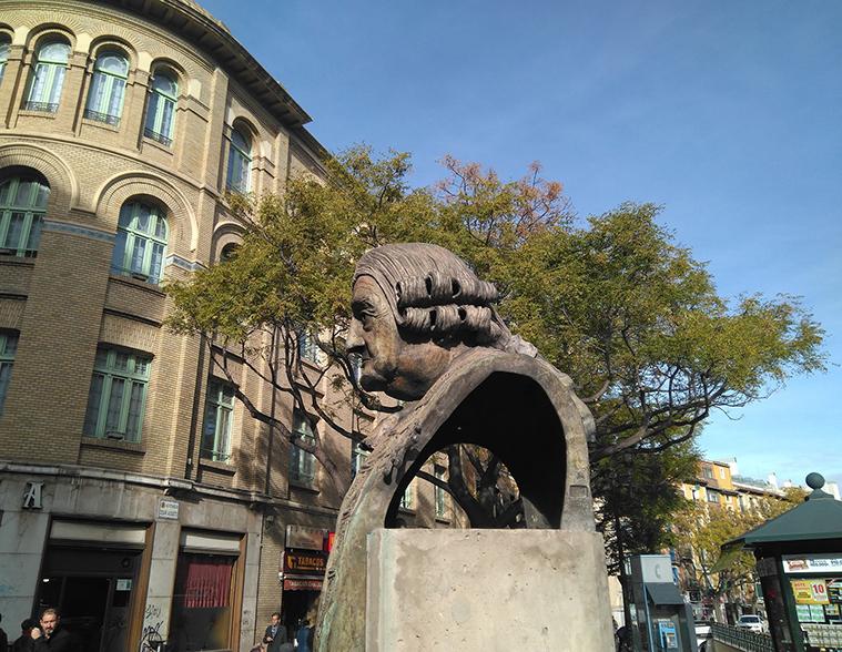 El monumento al conde de Aranda en la calle homónima