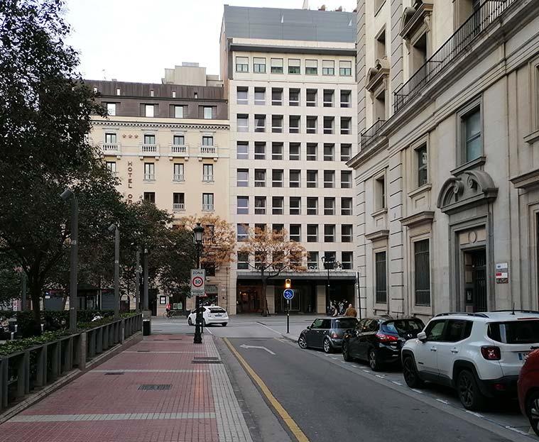 El Arco de San Roque (derribado en 1942) comunicaba la Calle del Teniente Coronel Valenzuela (conocida antes como la Calle de la Morería Cerrada) con el Coso.
