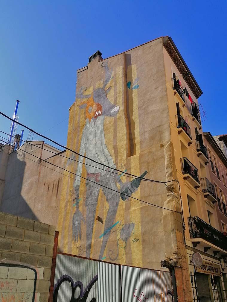 El enorme mural de Sabek al comienzo de la calle Las Armas. Esta intervención artística fue desarrollada durante el Festival internacional de Arte Urbano Asalto