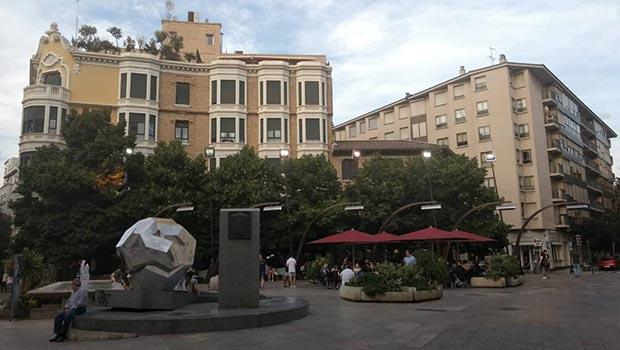 La Plaza Sinués suele estar muy concurrida ya que se abre junto a la Calle Don Jaime