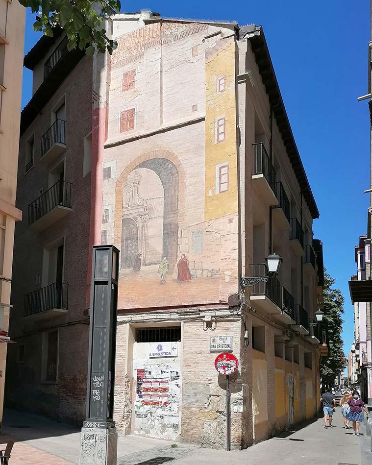 Mural en recuerdo de la desaparecida Puerta de Valencia en un edificio anexo