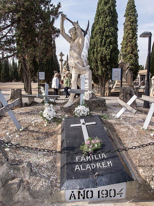 Tumba de la Familia Aladrén en el Cementerio de Torrero