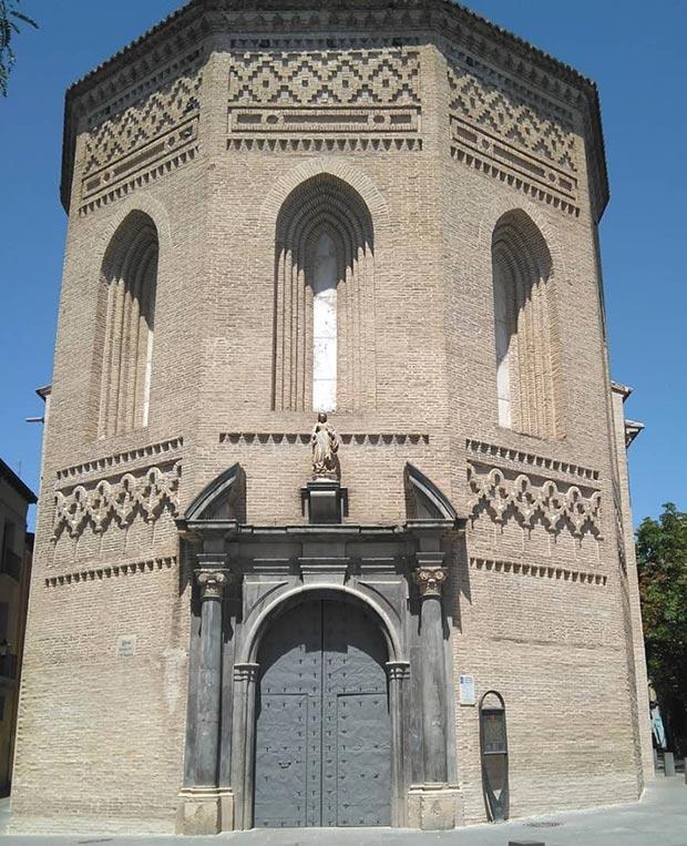 Vista de la iglesia de la Magdalena desde la Plaza del mismo nombre