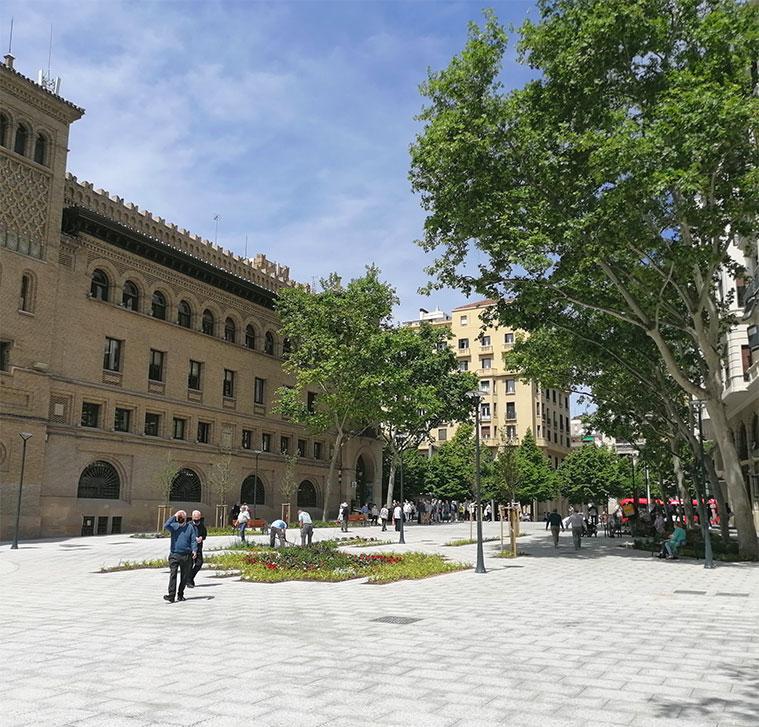 Vista del edificio de Correos y del Paseo Independencia desde la Plaza Santa Engracia