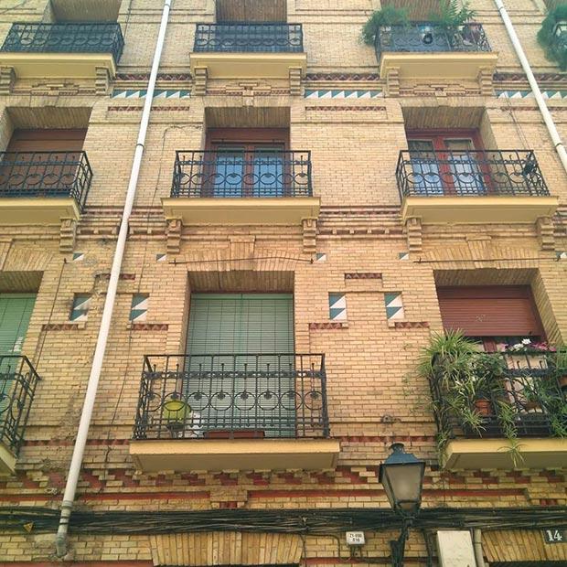 edificio en la calle reconquista