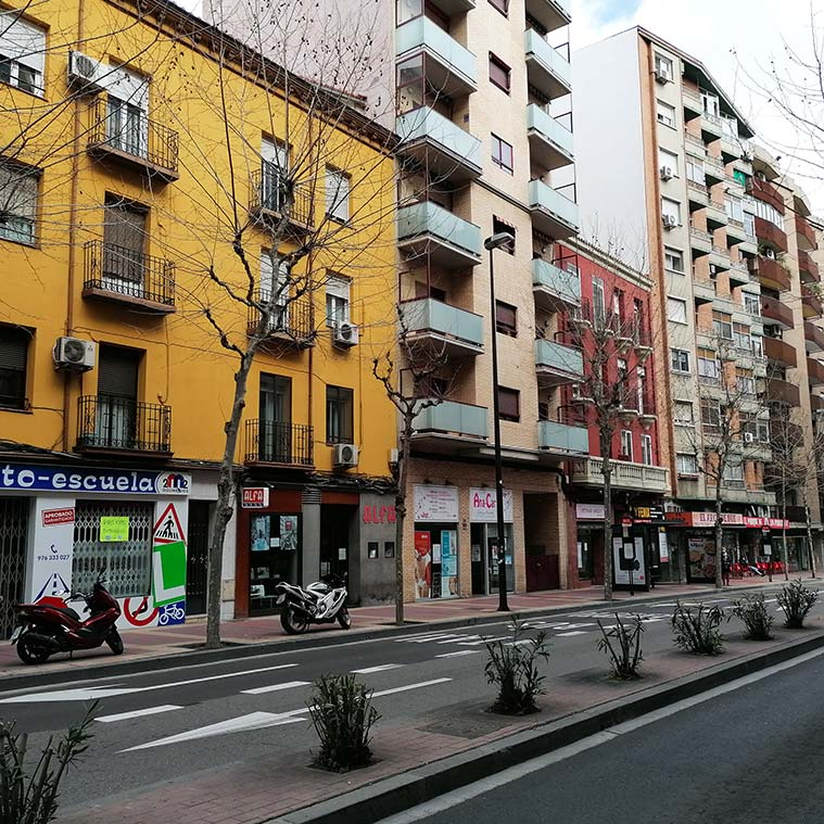 edificios modernos y tradicionales en la Avenida Madrid