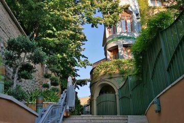 Villa Rosita, el otrora Colegio de Santo Tomás de Aquino, todavía conserva un espectacular torreón modernista en esquina y cupulado con trozos cerámicos al modo del trencadis de la arquitectura catalana de Gaudí y Jujol