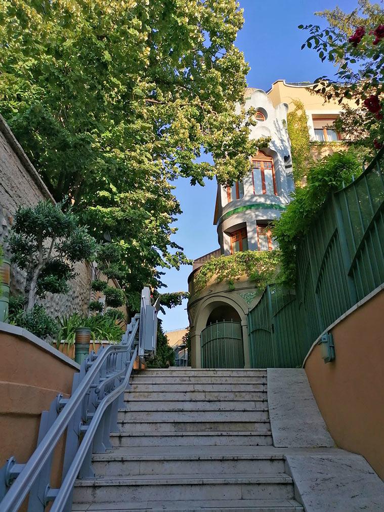 El otrora Colegio de Santo Tomás de Aquino, todavía conserva un espectacular torreón modernista en esquina y cupulado con trozos cerámicos al modo del trencadis de la arquitectura catalana de Gaudí y Jujol