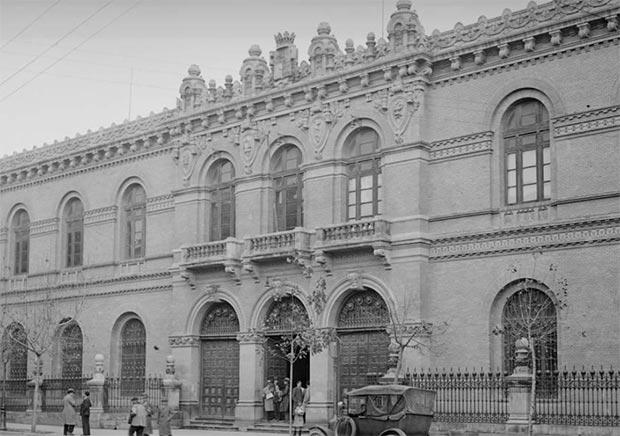 El edificio de la Universidad en la Plaza de la Magdalena. en 1930 (Imagen: Fototeca del Patrimonio Histórico del Ministerio de Cultura bajo licencia CC BY-NC 2.5 ES)