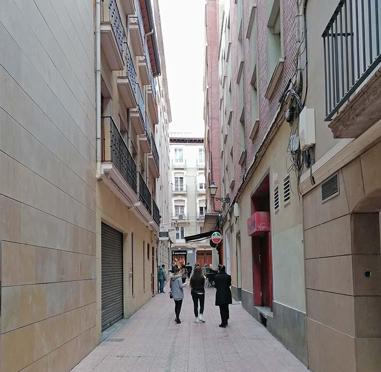 Gente paseando por la Calle Juan Porcell en el antiguo barrio judio de zaragoza