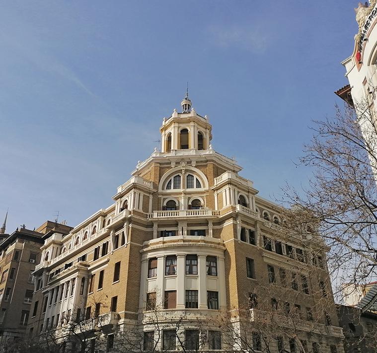 Edificio en la intersección de las calles Isaac Peral y Joaquín Costa