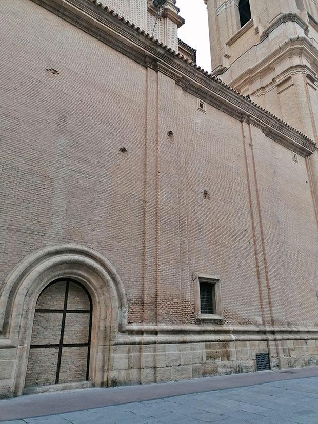 Impactos de artillería en la fachada este del Pilar (Calle del Milagro de Calanda)