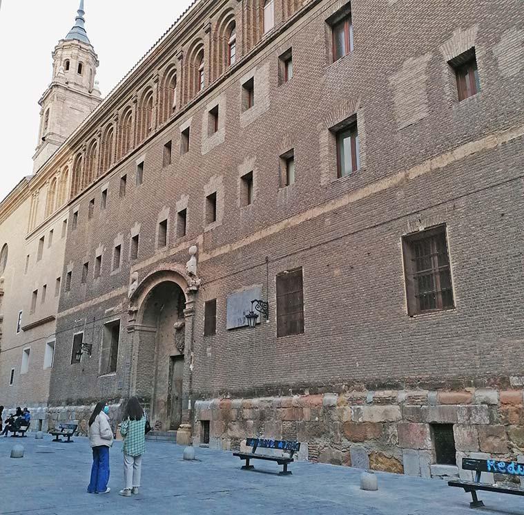 Fachada sin restaurar del Antiguo Seminario de San Carlos Borromeo