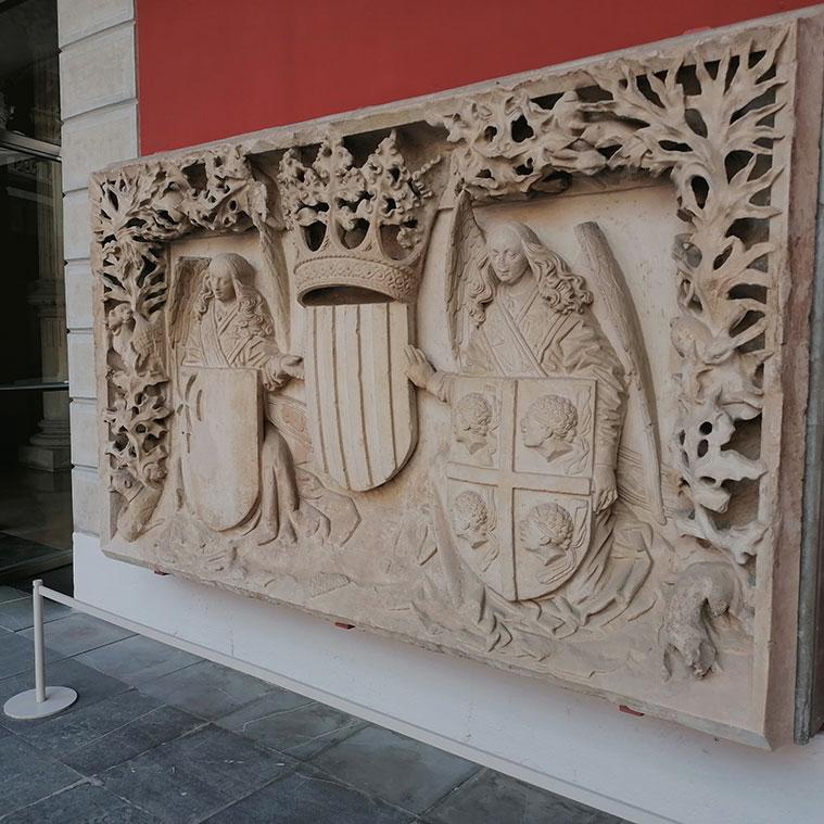Relieve con el escudo de armas del Reino de Aragón esculpido por Fontaner de Usesques entre 1448 y 1449 en piedra arenisa